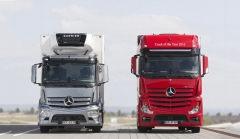 Mercedes-Benz Antos (vlevo) a Actros, Truck of the Year 2012