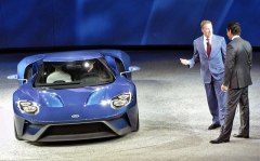 Bill Ford a Mark Fields vítají nový Ford GT na stadionu Joe Louis Arena při autosalonu v Detroitu 2015